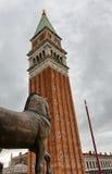 Взгляд колокольни в Венеции против серого неба Стоковое Изображение RF