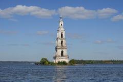 Взгляд колокольни собора St Nicholas в резервуаре Uglich Kalyazin Стоковое Фото