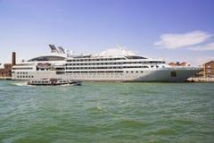 Взгляд красивого белого корабля вдоль грандиозного канала в Венеции Стоковое Изображение RF