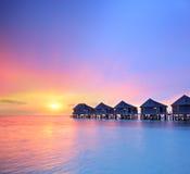 Взгляд красивого захода солнца на острове Мальдивов и виллах воды Стоковая Фотография