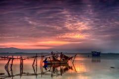 Взгляд красивого неба отражая на океане и рыболове стоковые изображения rf