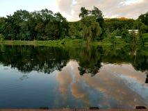 Взгляд красивого отражения облака в водах Стоковое Изображение RF
