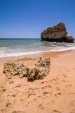 Взгляд красивого песчаного пляжа на ветерке океана с пещерой в summe Стоковые Фото