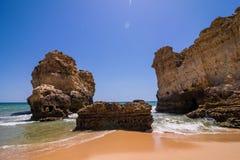 Взгляд красивого песчаного пляжа на ветерке океана с пещерой в summe Стоковое фото RF
