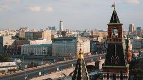 Взгляд красивого timelapse башни красного кирпича Кремля сценарный Москвы сток-видео