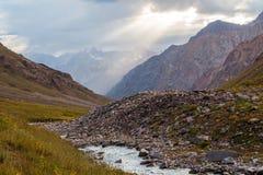 Взгляд красивой долины в горах Тянь-Шань, Казахстане Стоковые Изображения RF