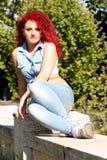 Взгляд красной девушки волос моложавый внешний Стоковая Фотография