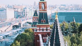 Взгляд красной кирпичной стены Кремля красивый панорамный Москвы видеоматериал