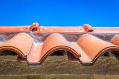Взгляд красных плиток и неба крыши на предпосылке Стоковое Изображение RF