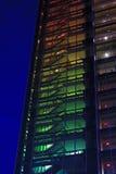 Взгляд красочной лестницы офисного здания на ноче Стоковое Изображение