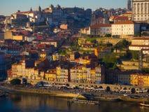 Взгляд красочных зданий в Ribeira, Порту, Португалии Стоковое Фото