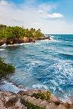 Взгляд края скалы пляжа бурного моря Вест-Индиев Toco Тринидад и Тобаго Стоковые Фотографии RF