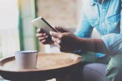 Взгляд крупного плана африканского человека работая дома пока сидящ на софе Гай используя цифровую таблетку для видео- переговора Стоковая Фотография