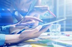 Взгляд крупного плана женских рук держа современную цифровую таблетку Девушки указывая экран с твоим пальцы Детеныши концепции Стоковые Фотографии RF