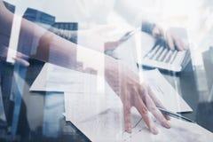 Взгляд крупного плана женской руки держа ручку под документами Бизнесмены концепции делая новый startup проект двойник Стоковая Фотография RF