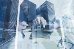 Взгляд крупного плана женщины вручает касающему экрану цифровую таблетку Бизнесмены концепции используя передвижные устройства дв Стоковая Фотография RF
