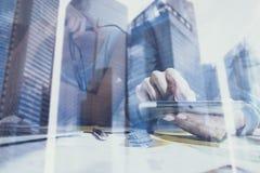 Взгляд крупного плана женщины вручает касающему экрану цифровую таблетку Бизнесмены концепции используя передвижные устройства дв Стоковая Фотография