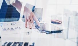 Взгляд крупного плана женщины вручает касающему экрану цифровую таблетку Бизнесмены концепции используя передвижные устройства дв Стоковое Фото