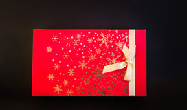 Взгляд крупного плана коробки праздничного подарка рождества красной изолированной на темноте Стоковая Фотография RF