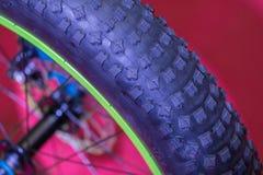 Взгляд крупного плана колеса велосипеда Деталь с колесом велосипеда над красочным Стоковые Изображения RF