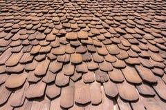 Взгляд крупного плана красивой картины и слой на ` s дома настилают крышу которое сделано от деревянного Стоковые Изображения RF