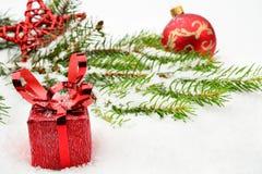 Взгляд крупного плана красной безделушки рождества с подарками Стоковое фото RF
