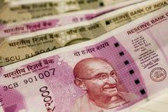 Взгляд крупного плана Махатма Ганди смотрит на на индийских примечаниях валюты выставления 2000 рупий Официальная бумажная валюта Стоковое Фото