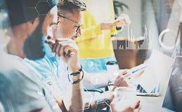 Взгляд крупного плана молодых людей сотрудников на встрече на современном офисе Молодая творческая команда работая совместно Конц стоковая фотография rf