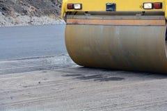 Взгляд крупного плана на ролике дороги работая на новом месте строительства дорог отремонтируйте дорогу Стоковые Фотографии RF