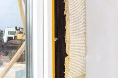 Взгляд крупного плана на стене дома с пластичными панелями окна и изоляции Стоковые Изображения