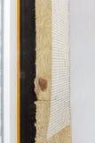 Взгляд крупного плана на стене дома с пластичными панелями окна и изоляции Стоковые Фото