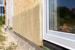 Взгляд крупного плана на стене дома с пластичными панелями окна и изоляции Стоковое Фото