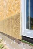 Взгляд крупного плана на стене дома с пластичными панелями окна и изоляции Стоковое Изображение