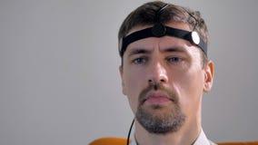 Взгляд крупного плана на человеке с датчиками полиграфа держателя сток-видео
