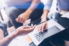 Взгляд крупного плана процесса сыгранности Бизнесмены работая с новым startup проектом на офисе Проанализируйте документ, планы Стоковые Фото
