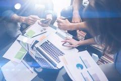 Взгляд крупного плана процесса сыгранности Молодые бизнесмены работая с новым startup проектом на офисе Проанализируйте документ Стоковые Фото