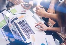 Взгляд крупного плана работая процесса Бизнесмены делая новый startup проект на офисе Проанализируйте документ, планы самомоднейш Стоковое Изображение