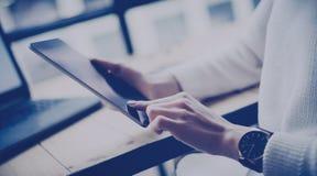 Взгляд крупного плана таблетки женского дисплея руки касающего цифровой на деревянном столе Бизнесмены использования концепции мо стоковое изображение rf
