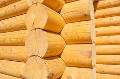 Взгляд крупного плана угла деревянного дома сделанного естественных журналов Стоковые Изображения