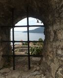 Взгляд крыши моря и плитки над окном цитадели Стоковые Изображения