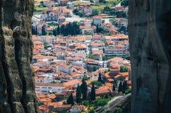 Взгляд крыш городка зданий Kalambaka через утесы от Meteora трясет, Греция стоковые фотографии rf