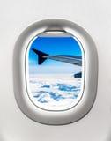 Взгляд крыла и облаков воздушных судн от окна самолета Стоковое Изображение RF