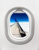 Взгляд крыла и облаков воздушных судн от окна самолета Стоковая Фотография RF