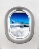 Взгляд крыла и облаков от окна самолета Стоковое Изображение