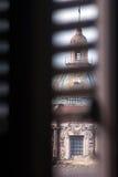 Взгляд купола Maggiore кармина от окна Палермо, Сицилия стоковое фото rf
