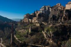Взгляд к висеть расквартировывает ` colgadas Кас ` городка Cuenca средневекового города старых и моста Сан Pablo Cuenca стоковые фото