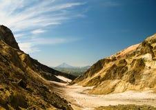 Взгляд к вулкану Viluchinsky от кальдеры Mutnovsky, Камчатки Стоковые Изображения RF