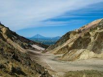 Взгляд к вулкану Viluchinsky от кальдеры Mutnovsky, Камчатского полуострова России Стоковые Изображения