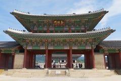 Взгляд к въездным ворота дворца Gyeongbokgung королевского в Сеуле, Корее Стоковая Фотография