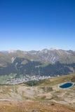 Взгляд к Давос от Mt Jakobshorn с озером резервуар воды в ¼ Graubà nden Швейцария в лете Стоковое Изображение RF